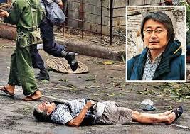 「2007年 - ミャンマーのヤンゴンで、抗議デモの鎮圧を撮影中の日本人カメラマン長井健司がミャンマー軍兵士に至近距離から銃撃され死亡。」の画像検索結果