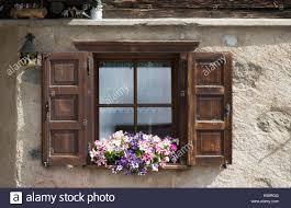 Holz Fenster Fensterläden Mit Blumen Auf Der Fensterbank Livigno