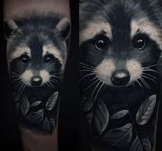 крутая татуировка енота на предплечье девушки фото рисунки эскизы
