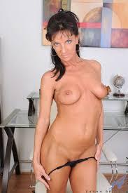 Photos de dot porno XXX Cougar Sarah Bricks fucks her sweet pink.