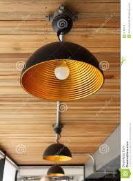 Moderne Lamp Op Houten Plafond Stock Foto Afbeelding Bestaande Uit