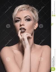 Mooie Vrouw Met Kort Haar Stock Foto Afbeelding Bestaande Uit