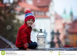 Die folgenden seiten bieten erotische inhalte. Junge Stehend Auf Treppe Laterne Und Teddybaren Halten Sehen O An Stockfoto Bild Von Halten Sehen 61372006