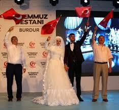 Burdur'da yeni evlenen çift demokrasi nöbetinde