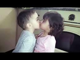 funny es kissing