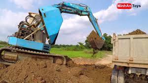 Máy xúc múc đất lên máy cày | Xe máy cày, máy kéo chở đất (Excavator)