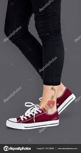 фото тату на ноге цветок татуировки на лодыжке стоковое фото