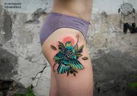 цветная птица на бедре у девушки фото татуировок