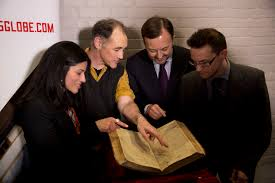 first folio found in to shakespeare s globe the british actor mark rylance second left who was the first artistic director of