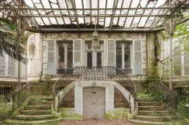 Stunning Abandoned Homes Are Surprisingly Full Life