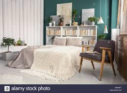 Weiß Und Grün Schlafzimmer Innenraum Mit Einem Strick Decke Auf