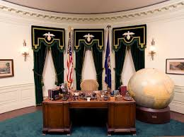 desk in oval office. In 1930, The Grand Rapids Furniture Manufacturer\u0027s Association Donated A Brand New Desk To Hoover, Who Had It Installed His Rebuilt Oval Office. Office