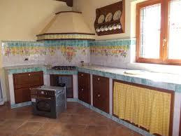 Cucina in muratura con decorazione frutta. piastrelle e