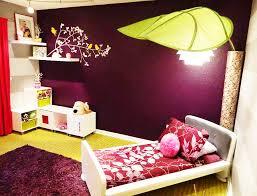 desain dekorasi kamar tidur dengan dinding ungu dan lampu daun