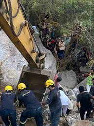 انتشال جثث 4 أشخاص سقطت الصخور على مركبتهم في العارضة   صحيفة المواطن  الإلكترونية
