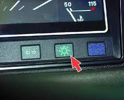 ВАЗ Органы управления Контрольная лампа заряда аккумуляторной батареи загорается красным светом при отсутствии зарядного тока