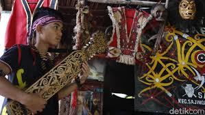 Dengan sansarotn (saron besi khas dayak kanayatn). Ini Sape Alat Musik Tradisional Suku Dayak Di Tanah Borneo