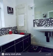 Schwarz Weiß Mosaikfliesen über Badewanne Und Waschbecken Im