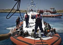 ايطاليا - انقاذ اكثر من الفين مهاجر وانتشال آخرين جثث في حادثة انقلاب قارب