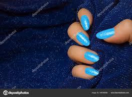 ženská Ruka Modrým Třpytily Nehty Pozadí Tmavě Modré Textilní