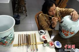 jiang yueguang the younger brother of li shaowei s wife is also dedicated in gucai painting techniques he focuses on painting flowers