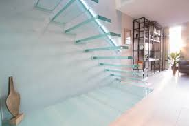 Floating cantilevered glass staircase