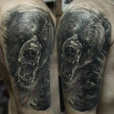 татуировка медведь на плече в стиле реализм мастер евгений шевченко