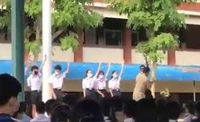 ลามทั่วปท.! นร.มัธยม ชูสามนิ้วหน้าเสาธง ครูเข้าห้าม-แย่งแถลงการณ์จากมือ  (คลิป)