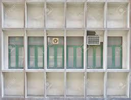 Viele Alte Fenster Aus Der Seite Des Gebäudes Mit Alten Klimaanlage