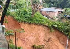 Barrancos deslizam durante tempestade e casas correm risco de desmoronar em Manaus