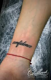 татуировка надпись на запястье Confidence Chillout Tattoo Workshop
