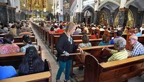 Las tarjetas bancarias salvan ofrendas en misas en Venezuela | La Opinión