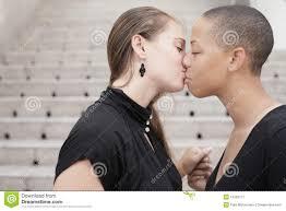 Zwei Teenies, die sich intensiv küssen