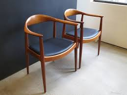 Hans Wegner, Set of Eight Round Back Dining Chairs in Mahogany and Black  Leather 2