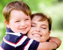 Resultado de imagem para filho abraça mamae