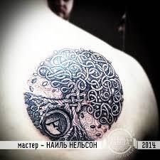 татуировки дерево в стиле дотворк кельтские черно серая лопатки