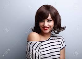 青の背景に黒のショートヘア スタイルで幸せな笑顔の若い女性 の写真素材