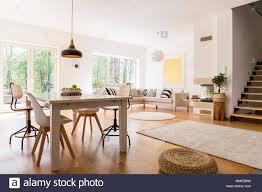 Holz Weißen Esstisch In Modern Gestaltetes Wohnzimmer Stockfoto