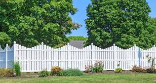 Vinyl fence ideas Low Maintenance Lovely White Vinyl Picket Fence With Delicate Scalloped Silhouette Small Planting Bed Home Stratosphere 22 Vinyl Fence Ideas For Residential Homes