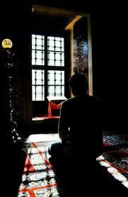 """"""" ولا شيء أنفع للقلبِ من خلوةٍ طويلة يُحاسب العبد فيها نفسه ، ويُعيد ..."""
