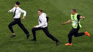 Penyusup Final Piala DUnia 2018 dikejar para Steward