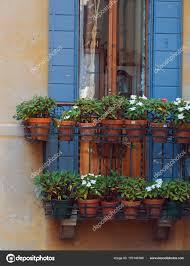 Italienische Fenster Mit Fensterläden Aus Holz Stockfoto