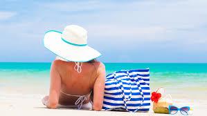 10 elementos que no pueden faltar en su bolso de playa   Visit Brasil