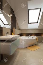 Moderne Badezimmer Mit Gelben Ergänzungen Im Dachgeschoss