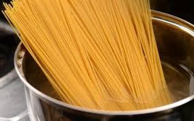 спагетти варятся