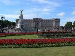 Праздники Великобритании Англии и Шотландии в проекте Календарь  Букингемский дворец флаг поднят монарх во дворце Фото christiane franke shutterstock
