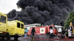 เกือบ 3 ชม. ไฟไหม้โรงงานย่านสุขาภิบาล 5 คุมเพลิงไม่ให้ลามได้แล้ว