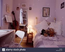 Brennende Lampe Neben Dem Bett Aus Messing In Lila Teenager