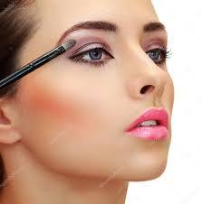 maquillaje de ojos pincel para aplicar sombras de ojos en la cara de una mujer