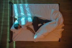 Mann Fühlt Sich Im Schlaf Beobachtet Kamera Zeigt Gruseliges Galade